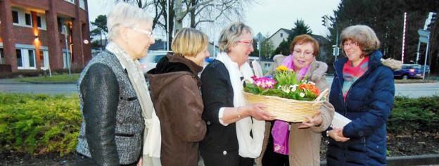 Gäste überreichen Heike Schröder Blumenkorb